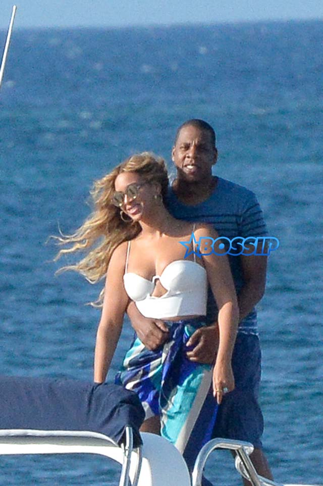 Beyonce and Jay Z kiss during vacation stop in Sardinia